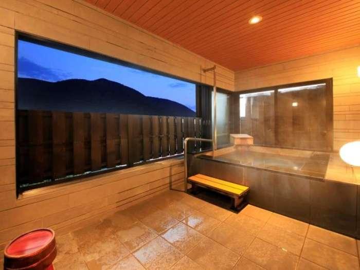 【天翠茶寮】本館の温泉半露天風呂付き和室ダブル(バリアフリー対応)の浴室