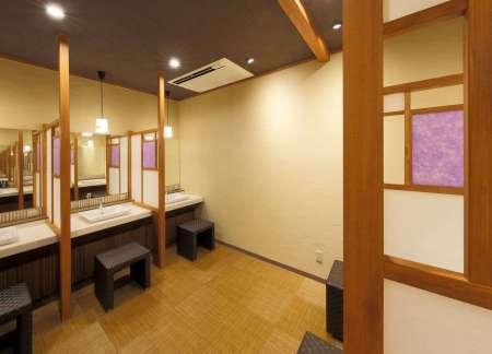 【静寂とまごころの宿 七重八重】温泉大浴場(バリアフリー対応)のパウダールーム