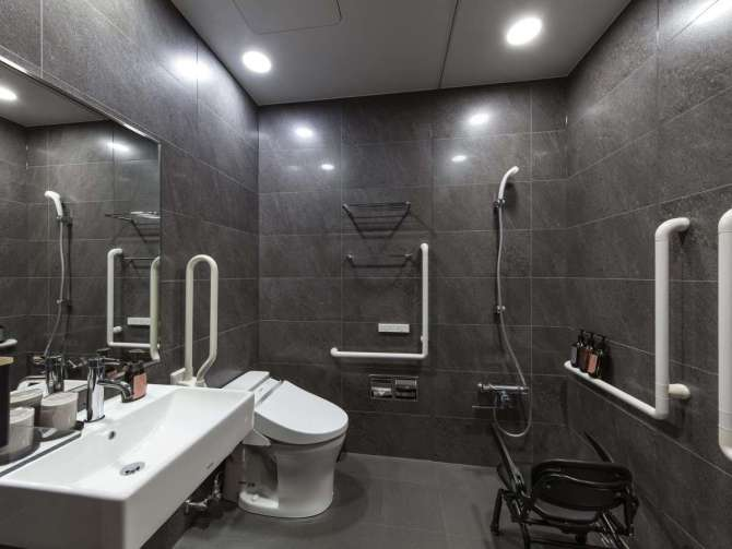 【hotel tou nishinotoin kyoto】アクセシブルルーム(ツイン・27.6平米)のバスルーム(浴槽なし・シャワーのみ)