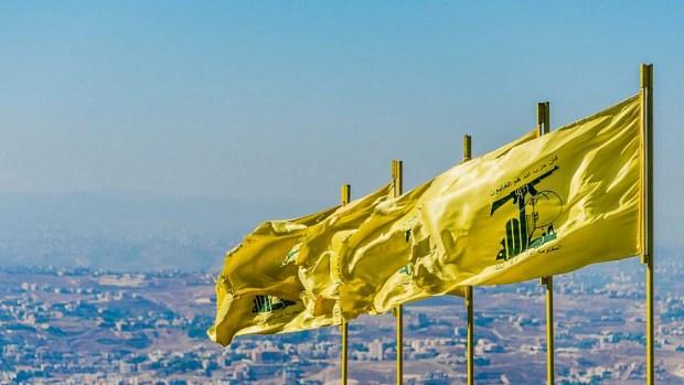 Des drapeaux du Hezbollah flottent sur le sud du Liban.  Crédit : John Grummitt/Shutterstock.