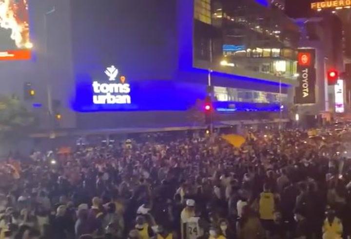 Los aficionados  han celebrado el título ante el Staples Center de Los Angeles