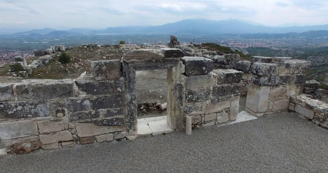 Burdur'da gün yüzüne çıktı! Kilise içindeki 30 mezarın sırrı 3