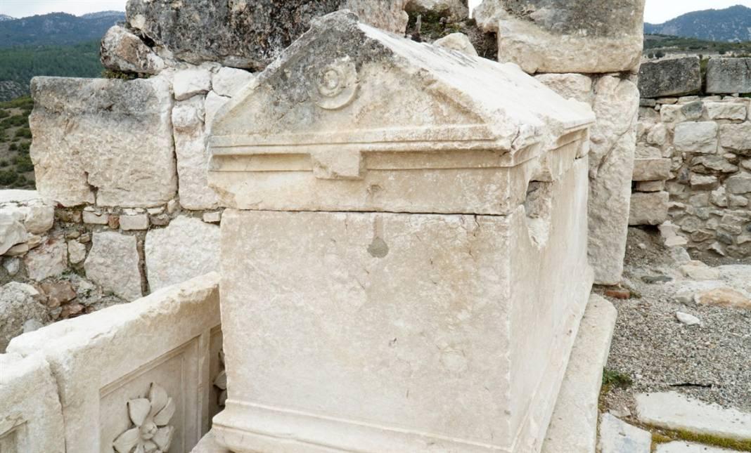 Burdur'da gün yüzüne çıktı! Kilise içindeki 30 mezarın sırrı 5