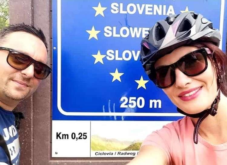 Slovenska voditeljica čez mejo kar s kolesom