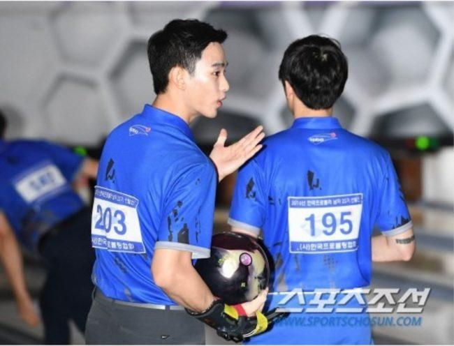 Kim Soo Hyun in the middle of a passionate talk / Sports Chosun
