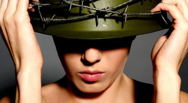 mujer-con-casco-de-militar