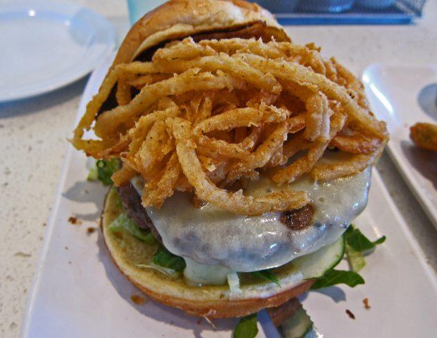 Burger με σολομό, λεμόνι και άνηθο