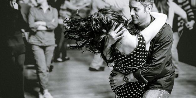 Como aprender a dançar danças sociais: Bachata