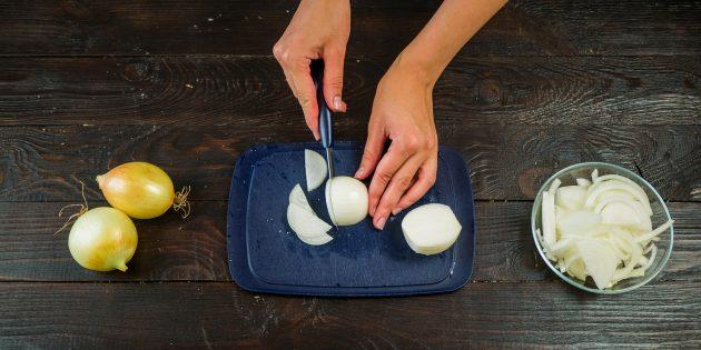 Рецепт лукового супа: Лук очистите от шелухи и нарежьте полукольцами