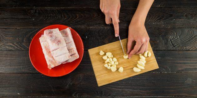 Очистите и нарежьте чеснок дольками толщиной 1–2 мм