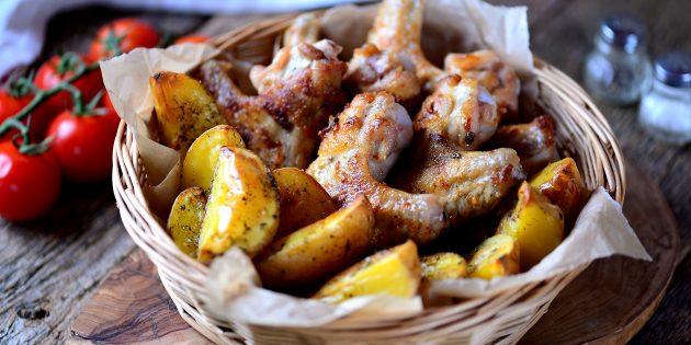 Запечённые куриные крылышки с картошкой: простой рецепт
