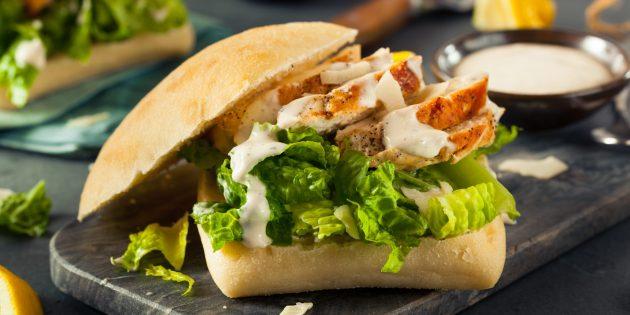 Как приготовить цезарь с курицей и прошутто в сэндвиче