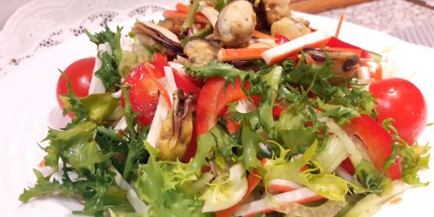 Yengeç çubuk çubukları, midye, lahana, karabiber ve soya dolumu ile salata: basit tarif