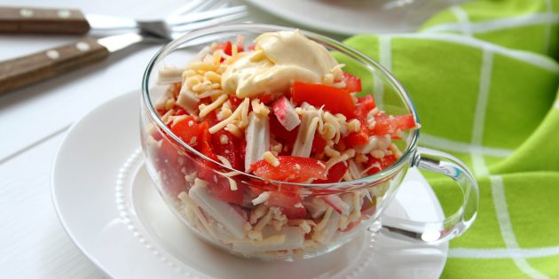 Salada de receita de varas de caranguejo, tomates, queijo e pimenta