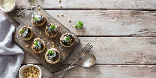 Грибы, фаршированные салатом цезарь