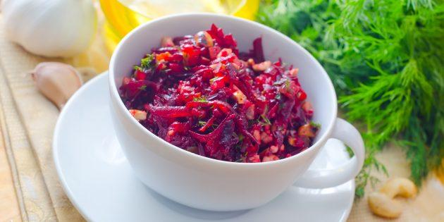 Salad kubis laut dengan segar dan prun: resipi mudah