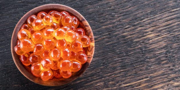 Το στιγμιότυπο οθόνης είναι ένα ειδικό κόσκινο για τον διαχωρισμό των σπόρων Caviar από το κέλυφος. Βάλτε το σαγόνι σε αυτό και αρχίστε να σκουπίζετε προσεκτικά. Αρκετά γρήγορα, όλα τα αυγά θα περάσουν από τις τρύπες και η ταινία θα παραμείνει στα χέρια σας.