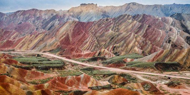 Территория Азии не зря привлекает туристов: цветные холмы Данься, Китай