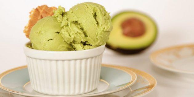 নারকেল দুধ উপর avocado সঙ্গে আইসক্রিম