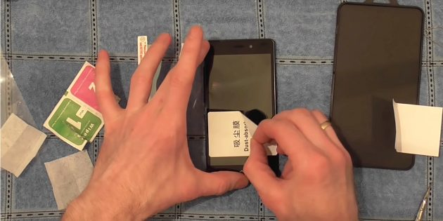 Қорғаныс әйнегін смартфонға жабыстырмас бұрын, шаң жоқ екеніне көз жеткізіңіз
