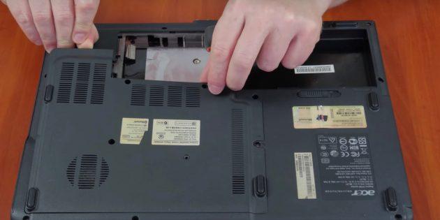 Dizüstü bilgisayarı temizlemek için RAM'i dışarı çekin