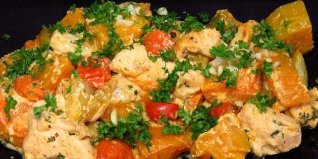 Kürbis im Ofen, in Sahne mit Hühnchen, Tomaten und Zwiebeln gebacken