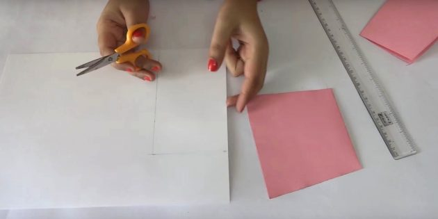 بطاقة عيد ميلاد مع يديك: قطع التفاصيل البيضاء