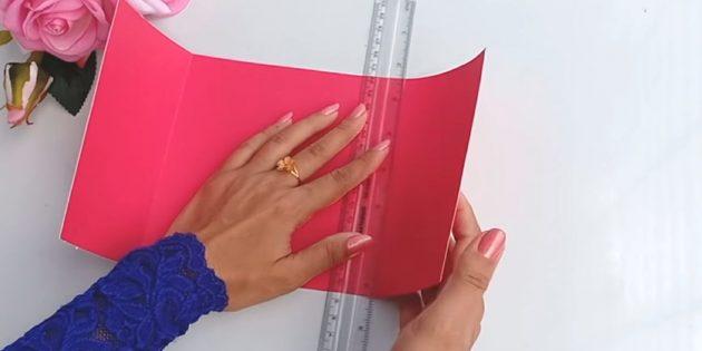 Thẻ cho một sinh nhật bằng tay của riêng bạn: Cắt từ chi tiết giấy màu hồng dày 30 x 15 cm