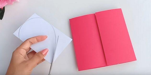 การ์ดอวยพรสำหรับมือของคุณ: วาดด้านหนึ่งของกระดาษสีขาวครึ่งหนึ่งของหัวใจและตัดรูปร่าง
