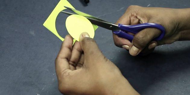 Grußkarte für Ihre eigenen Hände: Schneiden Sie den dreifarbigen Papierkreis