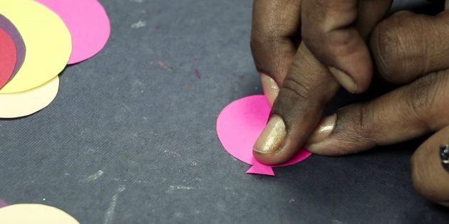 บัตรอวยพรสำหรับมือของคุณ: ตัดสามเหลี่ยมขนาดเล็ก