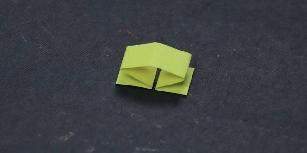 Falten Sie einen kleinen Papierstreifen in der Hälfte