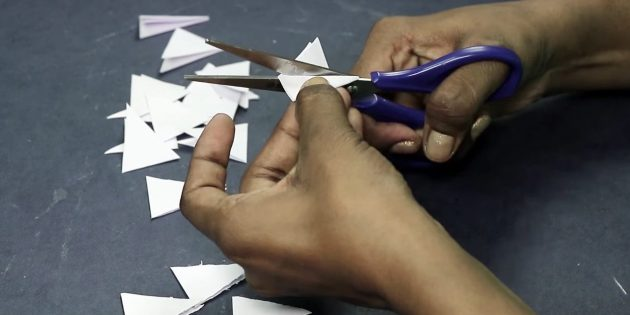 Thiệp chúc mừng cho bàn tay của bạn: Cắt hình tam giác giấy trắng