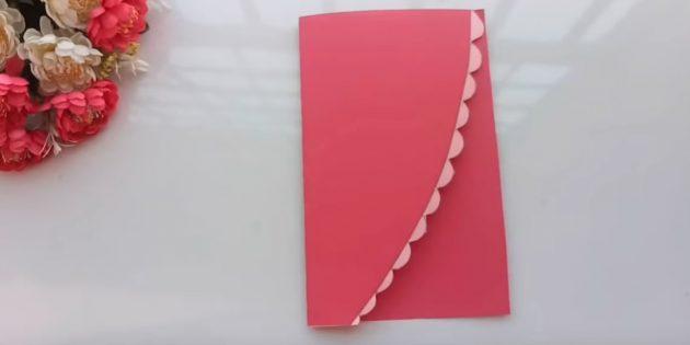 Grußkarte für Ihre Hände: Schneiden Sie das Blatt des rosafarbenen Papiers auf der Hälfte