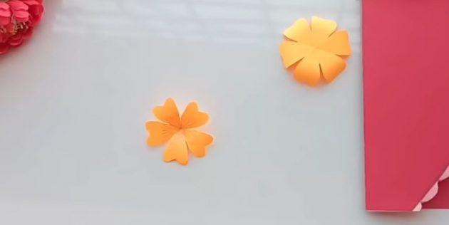 Aprire l'oggetto e torcere i petali con una matita