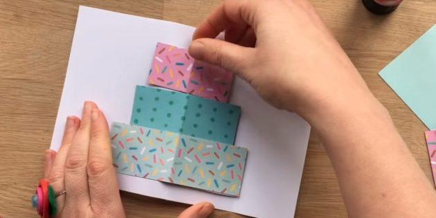 Cắt ba hình chữ nhật từ giấy màu có kích thước vào lớp bánh tương lai