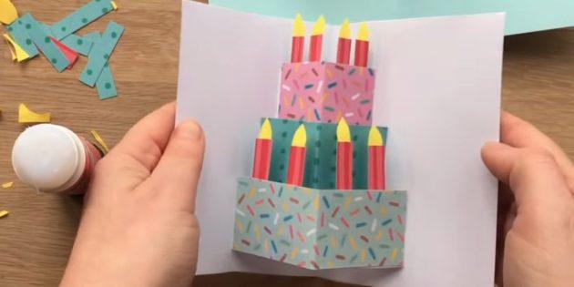 Grußkarte für Ihre Hände: Schneiden Sie die Kerzen und halten Sie sich an den Kuchen
