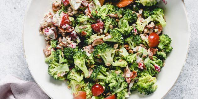 Przepis na sałatkę z brokułami, migdałem, żurawiną i dressingiem cytrynowo-jogurtowym