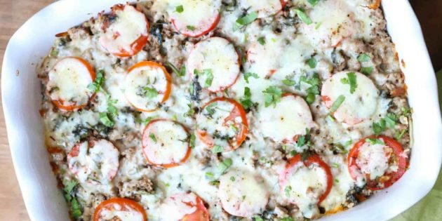 Thịt lợn với khoai tây, cà chua và pho mát trong lò