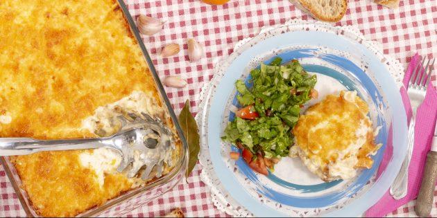 Como assar uma mistura no forno com cenouras, cebola e queijo