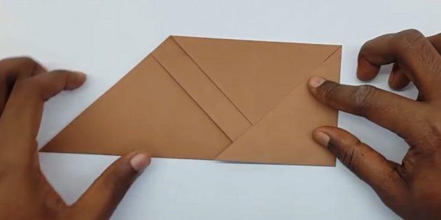 как сделать конверт: загните правый угол
