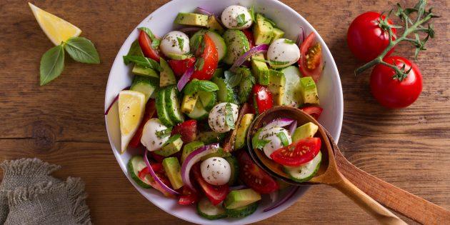 Простые рецепты салатов: салат с огурцами, авокадо и моцареллой