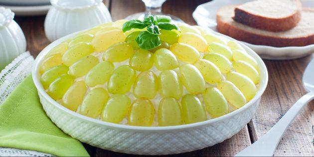 Рецепты салатов: слоёный салат с черносливом, курицей, сыром, яйцами и виноградом