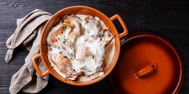 Kuneho sa oven na may kulay-gatas at mushroom