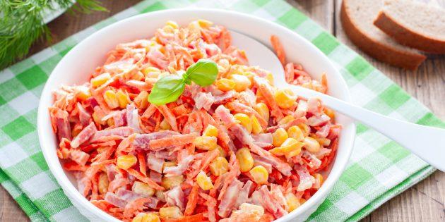 Простые рецепты лучших салатов: салат с копчёной колбасой, корейской морковью и кукурузой