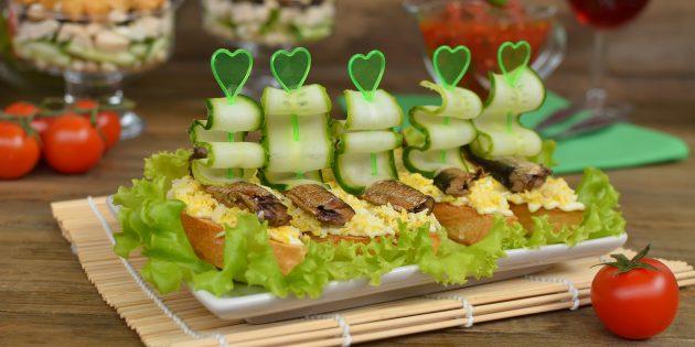 スプラット、卵、新鮮なキュウリのお祝いテーブル用サンドイッチ