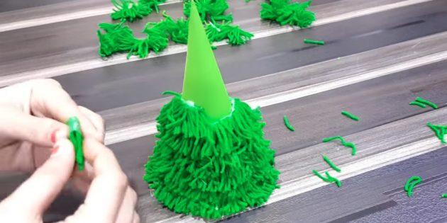 Como fazer uma árvore de natal: mantenha as peças de colagem