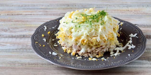 สูตรง่าย ๆ สำหรับสลัดกับไก่, มันฝรั่ง, ไข่, ชีสและหัวหอมดอง