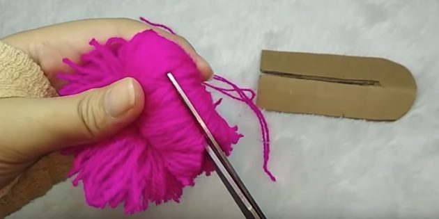 কিভাবে একটি Pompon করতে: থ্রেড কাটা