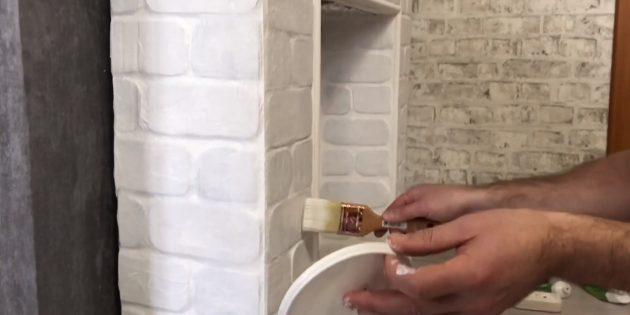 Kurutulduktan sonra, birkaç katmanda beyaz akrilik mat boya şömine boyayın